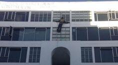 Colombiano se crucifica a 20 metros de altura por crisis en universidad