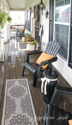 I love a farmhouse style porch decorated for autumn! Mums in orange and red, comfy pillows, corn stalks, and those perfectly imperfect white pumpkins! Farmhouse Style, Farmhouse Decor, Country Porch Decor, Country Porches, Southern Porches, Modern Farmhouse, Farmers Porch, Porch Kits, Farmhouse Front Porches