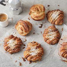 Tosi mehevät korvapuustit ja kookospullat Muffin, Bread, Breakfast, Food, Morning Coffee, Eten, Cupcakes, Muffins, Bakeries