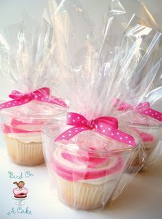 How to package cupcakes 9 oz. plastic cups are just the right size for cupcakes! Simply hold the cupcake directly over the cup and drop it in.Wrap each cup in some clear cellophane,tie it closed with ribbon and you have perfectly packaged cupcakes! Cupcake Rose, Cupcake In A Cup, Muffin Cupcake, Yummy Treats, Sweet Treats, Cupcake Cookies, Cupcake Favors, Cupcake Holders, Cupcake Ideas