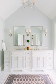 We are starting our master bathroom renovation and I'm sharing my favorite bathroom designs that have inspired me for our Modern Vintage Bathroom! Classic Interior, Luxury Interior Design, Home Interior, Interior Plants, Interior Modern, Home Luxury, Luxury Homes, Bad Inspiration, Bathroom Inspiration