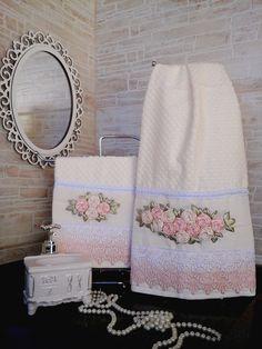 Conjunto de toalhas branca rosto e lavabo, barrados em guipir e bordadas com rosas de fita na cor salmão e champanhe. Técnica rosa raiada, com avesso perfeito e lavável em máquina. *Foto ilustrativa, acessórios não acompanham o produto. Medidas: - Toalha Rosto - 50cm x 80cm - Toalha Lavabo...