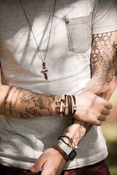 Combo de pulseiras + relógio + colar de caveira.