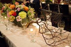 Rustic διακόσμηση τραπεζιού, με λουλούδια και κλαδιά. Φαίνεται απλό αλλά είναι εντυπωσιακό. Μοναδικά ρουστίκ προσκλητήρια γάμου με λουλούδια - http://www.lovetale.gr/wedding/wedding-invitations/rustic?atr_theme=13