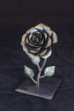 welding art projects for beginners Welding Art Projects, Welding Jobs, Metal Projects, Metal Sculpture Artists, Steel Sculpture, Metal Roses, Metal Flowers, Miller Welding Helmet, Metal Welding