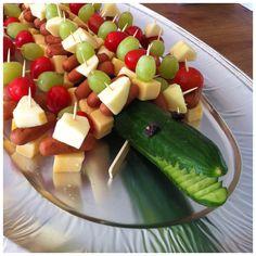 Komkommer krokodil, met stukjes kaas, worst, zilveruitjes, druifjes, snoeptomaatjes en partysticks