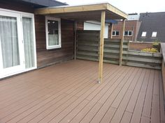 maatwerk overkapping veranda met een vlonder van composiet, kan in een tuin of op dakterras. sfeer. @Tuinmani tuinmani www.tuinmani.nl