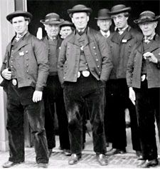 Een groep mannen in Zuid-Bevelandse dracht, circa 1930