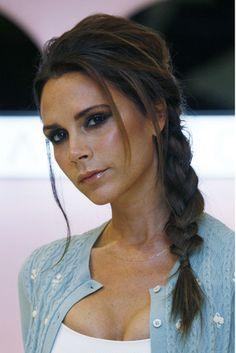 Victoria Beckham opta por una trenza lateral y volumen en la parte superior del cabello.