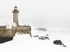 Фото недели: маяк в городе Порту, омываемый бушующим Атлантическим океаном