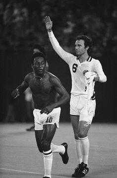 Pele andFranz Beckenbaur , New York Cosmos Soccer Stars, Football Soccer, New York Cosmos, Soccer League, Popular Sports, Sports Figures, Dream Team, Fifa, Sporty