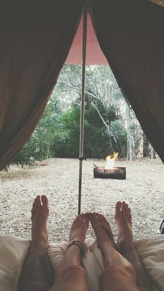 Le mode détente est activé, allonger sous la tente au camping.