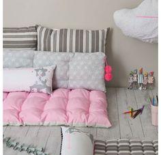 Cuscino Duo Lili Pompon rosa fosforescente Zero de Conduite Composizione: cotone 100%, interno fibra sintetica Colore : stelle bianche su fondo grigio chiaro, pompon rosa fosforescente Dimensione : 120cm x 36cm Tip: ideale per 2 bambini