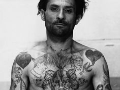 « Fatalitas », « Biribi », papillons : décryptage des corps tatoués des mauvais garçons du siècle passé