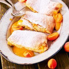 Marillen-Topfen-Strudel mit Marillen-Soße Mini Desserts, No Bake Desserts, Just Desserts, Polenta, Christmas Balls, Dory, Cornbread, Sandwiches, Food Porn