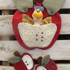 Móbile de Maçã Clay Pot Crafts, Felt Crafts, Fabric Crafts, Sewing Crafts, Felt Patterns, Craft Patterns, Diy Crafts To Sell, Handmade Crafts, Thanksgiving Diy