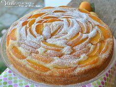 Torta soffice con albicocche e ricotta Ingredienti  3 uova  250 grammi di ricotta vaccina  150 grammi di zucchero  1 bustina di lievito  300 grammi di farina 00  4 albicocche  zucchero a velo