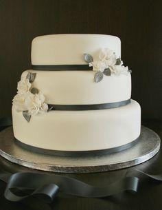 Tämä oli meidän! <3 <3   Painted By Cakes: VALKOISTA JA HOPEAA HÄÄKAKUISSA - WHITE AND SILVER WEDDING CAKES