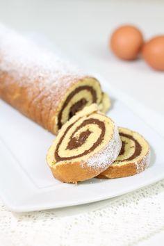 Il rotolo alla Nutella è un semplice e goloso dolce preparato con una base morbida di pasta biscotto.