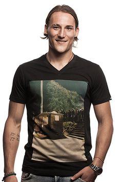 Snack Bar - Dit shirt uit de Copa zomercollectie geeft op authentieke wijze weer waaraan je behoefte hebt als je langs de zijlijn staat. Een lekkere puntzak verse frites. Heerlijk. wwww.retrovoetbalshirts.nl