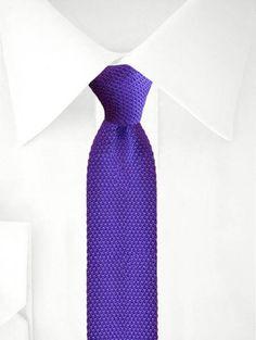 Dunkellila gestrickte Krawatte