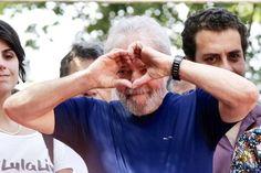 """PT reforça candidatura de Lula e quer aliança com PSB e PCdoB      A participação de Lula no pleito é """"prioridade absoluta"""" para o PT, afirmou Comissão Executiva Nacional do Partido dos Trabalhadores https://veja.abril.com.br/brasil/pt-reforca-candidatura-de-lula-e-quer-alianca-com-psb-e-pcdob/?utm_source=feedburner&utm_medium=feed&utm_campaign=Feed%3A+noticiasveja+%28VEJA.com+%7C+Not%C3%ADcias%29"""