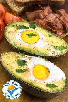 Co takhle dát si k snídani zapečené avokádo s vejcem? K tomu dokřupava opečenou šunku a žitný chléb? Ideální kombinace všech důležitých živin hned po ránu. Avocado Recipes, Healthy Recipes, Healthy Food, Looks Yummy, Avocado Egg, Food And Drink, Low Carb, Eggs, Cooking