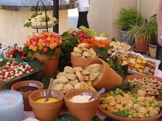Now that is a great idea for food buffet and outdoor entertaining. Now that is a great idea for food buffet and outdoor entertaining. Party Food Buffet, Brunch Buffet, Party Platters, Buffet En Plein Air, Brunch Mesa, Outdoor Buffet, Outdoor Food, Catering Display, Styling A Buffet