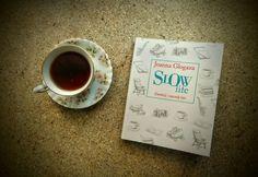 """Cały rok czekałaś/-eś na urlop, wykupiłaś/-eś wymarzoną wycieczkę na Hawaje, Bali, do Władysławowa, Ustrzyk Dolnych czy do innej Chorwacji, w końcu masz czas, by pobyć z rodziną, a jedyne o czym myślisz to czy szef zatwierdził projekt, który zgłosiłaś/-eś i ile Cię czeka pracy po powrocie? Jeśli tak, to książka """"Slow life"""" powinna stać się Twoją wakacyjną lekturą."""