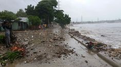 Fuerte oleaje afecta sectores cercanos a playas de Puerto Plata; personas desafían el peligro