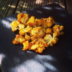 Blumenkohl mal ganz anders - und für mich heute der Star auf dem Sonntags-Teller! Mariniert mit Olivenöl & Curry, dann im Ofen knusprig gebacken, der Geschmack ist einfach großartig! Und jedes Kind bekommt es hin…
