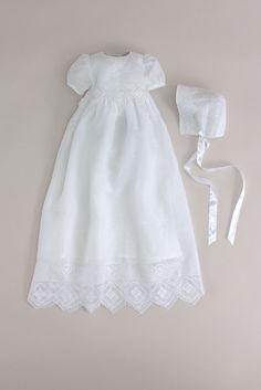 Kortermet dåpskjole i hvit lin-bomulls blanding. Bomullsfor. Håndbroderi. Lengde ca. 90-95 cm. Hvitt bånd følger med. Matchende dåpslue kan kjøpes sammen med denne dåpskjolen.
