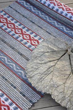 LOPPBERGA : Tokig i trasmattor på Loppberga - blog om en väverskas vardag, inspiration och mattor Weaving Textiles, Weaving Art, Loom Weaving, Hand Weaving, Textile Tapestry, Swedish Style, Tear, Rug Hooking, Fabric Art
