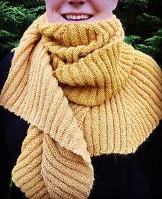 Dette sjalet bruker rette og vrange rader for å lage en trekkspill-effekt. Det strikkes stykkevis ved å plukke opp masker langs kanten på det foregående triangelet, noe som gjør dette enkle sjalet helt spesielt.