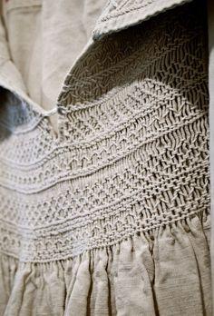Child's antique English linen smock novia nido de abeja