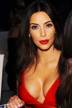 Kim Kardashian At The Oscars Red lip Tanned skin. Looks Kim Kardashian, Kim Kardashian Bikini, Kardashian Dresses, Kardashian Style, Kardashian Jenner, Kourtney Kardashian, Style Feminin, Femmes Les Plus Sexy, Fashion And Beauty Tips
