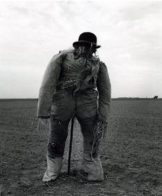 Robert Doisneau // Scarecrows - Sur la route de Nanteau 27 mai 1962