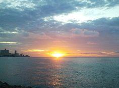 El Malecón es un evocador paseo marítimo que conecta La Habana Vieja con El Vedado y que se extiende a lo largo de 8 kilómetros sobre la costa norte de La Habana.  Es una de las avenidas más auténticas de la ciudad y el punto de encuentro al aire libre de miles de habaneros, sobre todo, al llegar el atardecer, cuando las luces de las farolas comienzan a despuntar entre los claroscuros de La Habana.