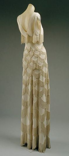 Madeleine Vionnet was a designer that worked at the important fashion house of Callot Soeurs and later for Doucet. Her distinctive talent was in the cutting of dresses. Here is an evening Dress by Madeleine Vionnet, 1938 Moda Vintage, Vintage Mode, Vestidos Vintage, Vintage Gowns, Vintage Outfits, Dress Vintage, Vintage Evening Gowns, Vintage Dior, Vintage Couture