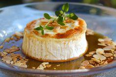 Gratinerad chevréost med honung och rostade mandelspån