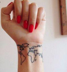 Tatuaggi a tema viaggio: cartina del mondo