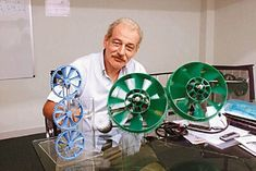 En zone urbaine, il est possible de produire son électricité avec une micro éolienne. Un inventeur français installé à Hong Kong l'a réalisé.