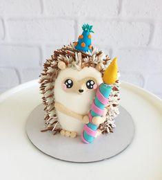 Hedgehog cake for First Birthday party kuchen ostern rezepte torten cakes desserts recipes baking baking baking Hedgehog Cake, Hedgehog Birthday, Fancy Cakes, Mini Cakes, Cupcake Cakes, Dog Cakes, Fondant Cakes, Fondant Bow, Fondant Flowers