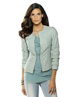 Die Lederjacke von ALBA MODA aus weichem Lammnappaleder in trendaktuellem Eisblau bringt einen frischen, topmodischen Look in Ihr Outfit. Kombinieren Sie dieses figurbetont geschnittene, hochwertig verarbeitete Must-have heute mit einem gemusterten Kleid und morgen mit einem Rock oder Ihrer Lieblings-Jeans