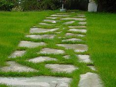 Une allée en pas japonais ou galets dans votre jardin