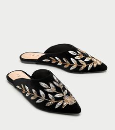 Shop Women's Zara size Mules & Clogs at a discounted price at Poshmark. Shoes With Jeans, Zara Shoes, Wedge Shoes, Mules Shoes Flat, Flat Sandals, Me Too Shoes, Fashion Shoes, Sneakers Fashion, Shoes Sneakers
