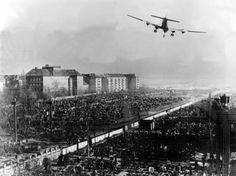 Ein Transportflugzeug der US-Luftwaffe im Landeanflug auf den Berliner Flughafen Tempelhof