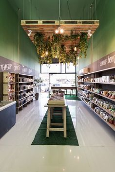 This retail design is a simple grocery style design with a light/plant fixture as a focal point. Cafeteria Design, Cafe Interior Design, Cafe Design, Wc Container, Flower Shop Design, Vegetable Shop, Retail Store Design, Retail Store Displays, Small Store Design