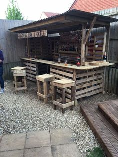 Gorgeous Low cost Pallet Bar DIY Ideas for Your Home! Plans DIY Outdoor Counter Ideas Stools How To Build A How To Make A Instructions Easy Wood Cart With Lights Basement Top Shelf Table Signs Indoor Tiki L Shaped Small Backyard Wall With Cooler Wedding S Old Pallets, Recycled Pallets, Wooden Pallets, Diy Bar, Bar Pallet, Pallet Tables, Pallet Patio, Pallet Bar Stools, Outdoor Pallet Bar