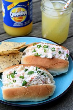 Sriracha Crab Salad Rolls - These crab salad rolls are the perfect summer meal: refreshing with a hint of lemon, a bit of spice from the Sriracha, and the freshness of crab meat! I Love Food, Good Food, Yummy Food, Yummy Lunch, Tapas, Crab Rolls, Beste Burger, Salad Rolls, Crab Salad